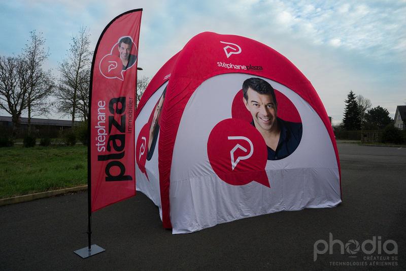 Une tente gonflable aux couleurs de plazza immobilier pour installer sur le marché d'Angers
