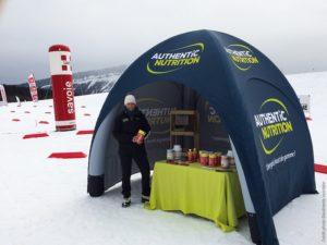 Stand publicitaire gonflable lors d'une course de ski en haute montagne